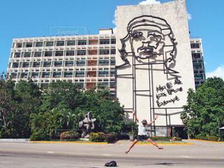 建物の側面をスケート ボードに乗って男の写真・画像素材[1587090]