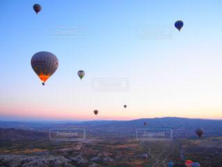 空凧を飛ばす人々のグループの写真・画像素材[2387198]