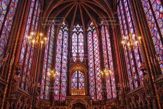 サント・シャペルを背景にした多くの窓のある大きな建物の写真・画像素材[2387199]