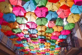カラフルな傘の写真・画像素材[2387201]