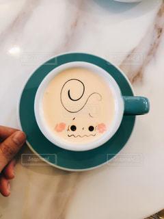 コーヒーを飲みながら手を持つの写真・画像素材[2977202]