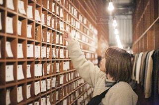 図書館にいる人の写真・画像素材[2977215]