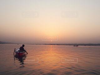 水域の中の小さなボートの写真・画像素材[2977236]