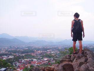 山の前に立っている男の写真・画像素材[2977263]