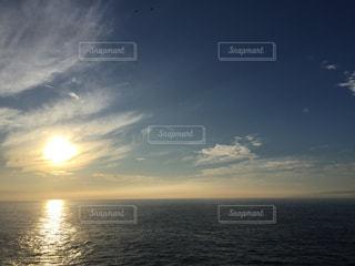 水の体に沈む夕日の写真・画像素材[789021]