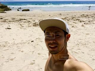 白砂のビーチに立っている人 - No.789089