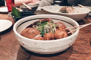 テーブルの上に座って食品のボウルの写真・画像素材[877239]