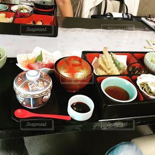 テーブルの上に食べ物のトレイの写真・画像素材[789440]