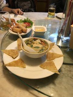 テーブルの上に食べ物のプレートの写真・画像素材[789518]