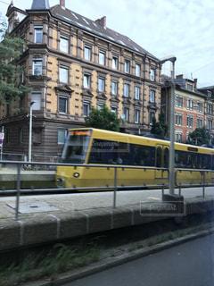 黄色のバスは建物の脇に駐車します。の写真・画像素材[789527]