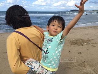 水の体の横に立っている少年の写真・画像素材[789721]
