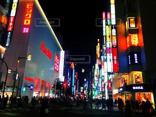 新宿の大通りに並ぶ看板の写真・画像素材[789917]