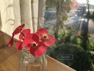 テーブルの上に座っての花で一杯の花瓶 - No.790393
