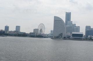 バック グラウンドで市と水の大きな体の写真・画像素材[790541]