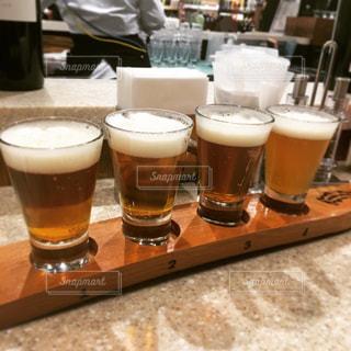 コーヒーやビール、テーブルの上のガラスのカップの写真・画像素材[791097]