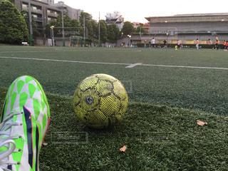 近くの駐車場でサッカー ボールをの写真・画像素材[791113]