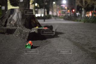 夜の公園と残されたショベルカーの写真・画像素材[1776330]