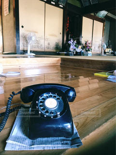 黒電話機と田舎の家の写真・画像素材[794563]