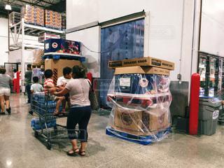 コストコで買い物する主婦と子どもの写真・画像素材[795022]