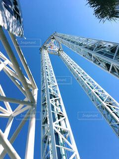 澄んだ青い空とアトラクションの写真・画像素材[797233]