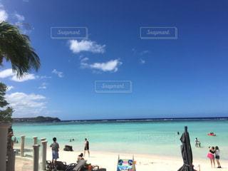 水の体の近くのビーチの人々 のグループの写真・画像素材[797701]
