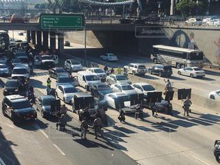 デモ隊と警察とせき止められた車の写真・画像素材[799557]
