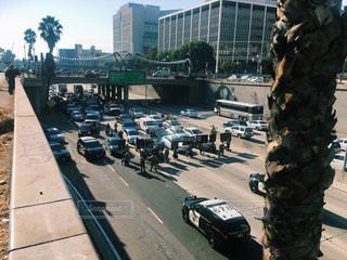 デモ隊に止められた車達と逮捕しようとする警察の写真・画像素材[799558]
