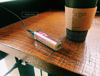 カフェで充電の写真・画像素材[817229]
