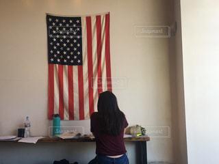 アメリカのカフェで勉強する学生の写真・画像素材[853376]