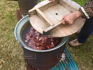 猪肉の鍋をつくるおばあちゃんの写真・画像素材[867038]