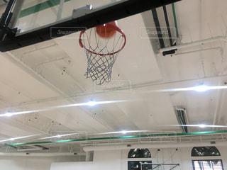 バスケットボール ゴールが入る前の写真・画像素材[875316]