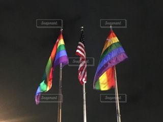 レインボーフラッグとアメリカ国旗の写真・画像素材[881064]