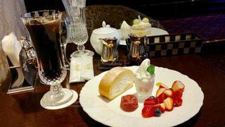 テーブルな皿の上に食べ物のプレートをトッピングの写真・画像素材[896708]