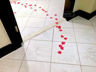 赤と白のタイル張りの床の写真・画像素材[999522]