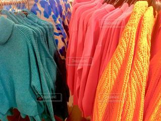色とりどりの服のグループの写真・画像素材[1143559]