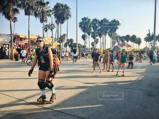 通りをスケート ボードに乗って若い男性のグループの写真・画像素材[1370374]