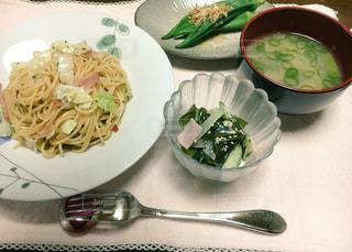 皿の上の食べ物のボウルの写真・画像素材[2875540]