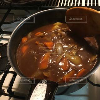 ストーブの上の金属鍋にスープのボウルの写真・画像素材[2875567]