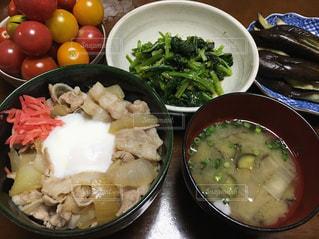 テーブルの上の食べ物のボウルの写真・画像素材[2875578]