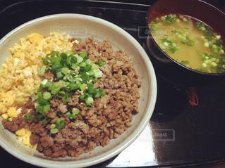 米肉と野菜を入れた食べ物のボウルの写真・画像素材[2875582]