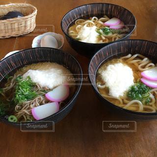 テーブルの上の食べ物のボウルの写真・画像素材[2876013]