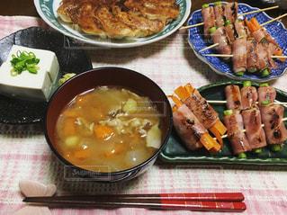 テーブルの上の食べ物の皿の写真・画像素材[2876023]