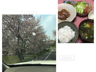 異なる種類の食べ物で満たされたボウルの写真・画像素材[2876036]