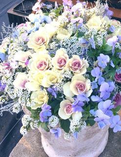 テーブルの上の花瓶に花束の写真・画像素材[2878476]