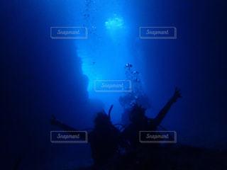 暗闇の中で泳ぐ男の写真・画像素材[791969]
