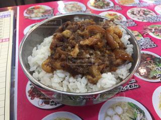 皿のご飯肉と野菜料理 - No.794762
