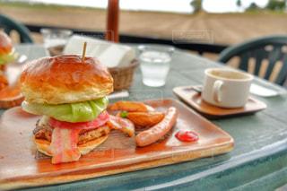 近くのテーブルの上の皿にサンドイッチを - No.792239
