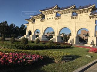 建物の前に広い芝生の写真・画像素材[796418]