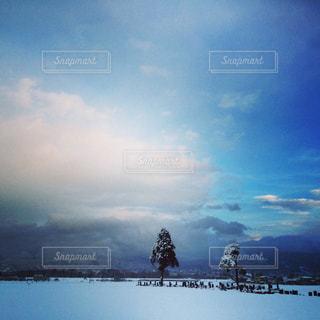 空には雲のグループの写真・画像素材[806139]