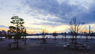水の体に沈む夕日の写真・画像素材[806141]